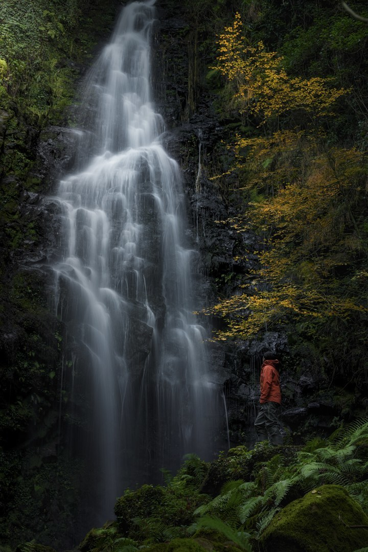 37-The-waterfall-and-the-man-Mikel_Larrea